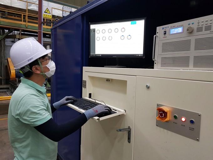 연구원이 발전설비의 발전량을 확인하고 있다. KCC 제공