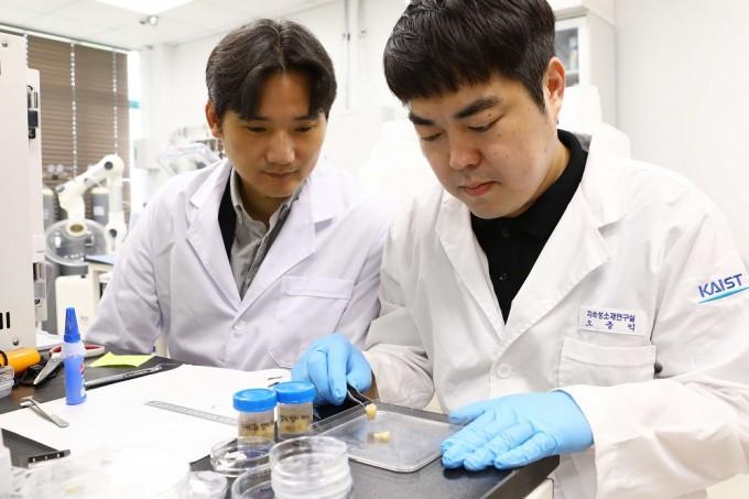 홍승범 KAIST 신소재공학과 홍승범 교수(왼쪽)과 연구진이 실험을 하고 있다. KAIST 제공.