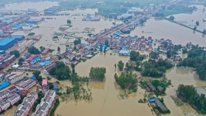 국 안후이성 루안시 위안구 구전현의 주거 지역이 20일 홍수로 물에 잠겨 있다. 신화=연합뉴스