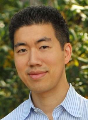 2016년 DNA 가닥을 자르지 않고도 GC염기쌍을 AT염기쌍으로 바꾸는 염기편집 기술을 개발한 하버드대 데이비드 리우 교수는 2017년 '네이처' 선정 '과학계 화제의 인물'에 뽑히기도 했다. 최근 리우 교수팀은 공동연구를 통해 미토콘드리아 염기편집에 성공해 다시 주목을 받고 있다. 2012년 39세 때 모습이다. 위키피디아 제공