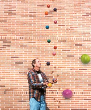 저글링 중인 그레이엄 교수. 실제 최고 기록은 공 7개로 저글링을 하는 것이다.(사진에 보이는  12개의 공은 딸이 합성한 사진이다)  Che Graham  제공