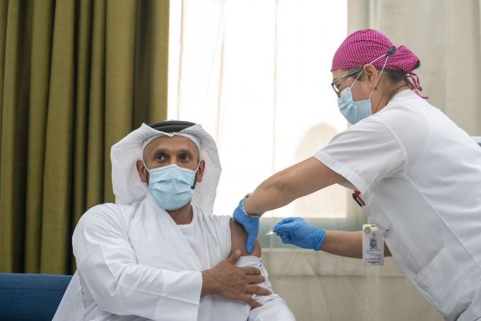 중국 생명공학기업 시노팜이 개발 중인 코로나19 백신 후보물질의 임상 3상이 아랍에미리트에서 시작됐다. 셰이크 압둘라 빈 모하메드 알 하메드 아부다비 보건국장(사진)이 첫 접종을 맞고 있다. G42 제공