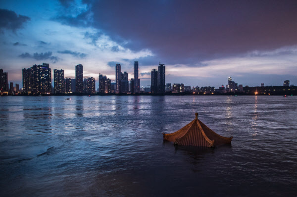올해 장마는 기록적인 폭우로 중국과 일본에서 큰 피해를 내고 있다. 사진은 13일 중국 후베이성 우한을 관통하는 창장이 불어나 수변 시설이 물에 잠겨 있는 모습이다. 신화/연합뉴스 제공