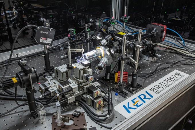 연구팀이 개발한 나노포토닉 3D 프린팅 장비의 모습이다. 한국전기연구원 제공