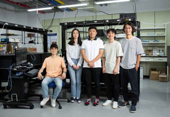 박정훈 UNIST 생명과학부 교수(오른쪽 끝)와 강주헌 교수가 공간분해능과 시간분해능이 모두 높은 새로운 광학현미경 기술을 개발했다. 가운데가 연구를 이끈 제1저자 우태성 연구원이다. UNIST 제공