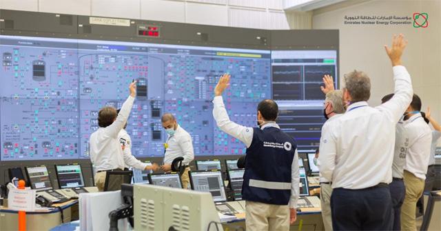 아랍에미리트원자력공사(ENEC) 직원들이 자국의 첫 원자력발전소인 바라카 1호기가 시운전에 들어가기 전 손을 들어 숫자를 세고 있다. 바라카 원전은 2009년 한국이 수출한 첫 원자력발전소로 수도 아부다비 인근에 건설되고 있다. ENEC 홈페이지 제공