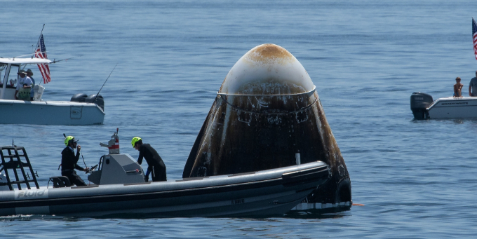 바다에 착수한 크루드래곤을 인근에서 대기 중이던 보트가 접근해 점검하고 있는 모습이다. NASA 제공
