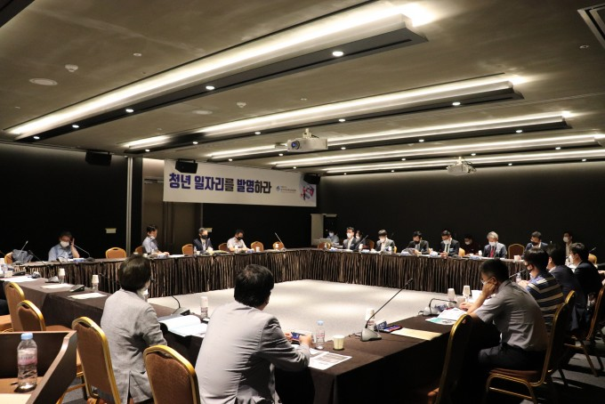 국가지식재산위원회는 20일 서울 강남구 코엑스 컨퍼런스룸에서 인공지능 지식재산 전문기업 협의체 회의 열고 현장 중심의 지식재산 사업 모델 및 지원정책을 마련하기 위한 간담회를 가졌다. 국가지식재산위원회 제공
