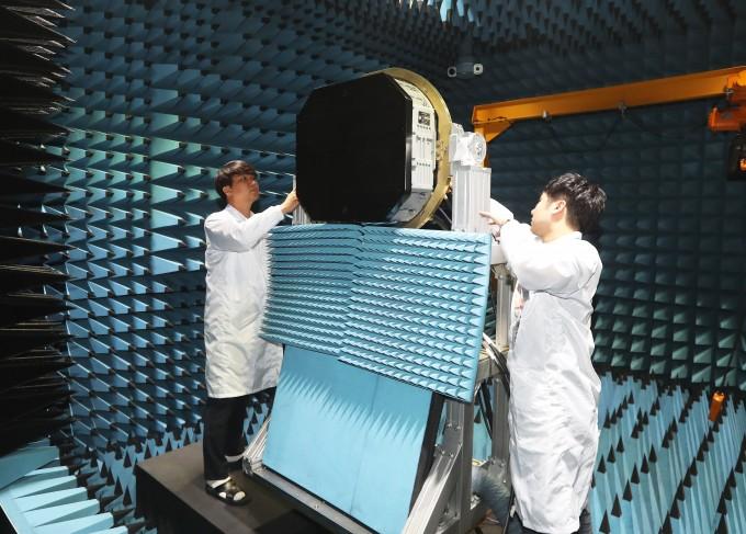 13일 오전 경기도 용인시 한화시스템 용인 레이더연구소에서 열린 ′한국형전투기사업(KF-X) 다기능위상배열(AESA) 레이더 입증시제 공개행사′에서 연구원들이 AESA 레이더 근접전계 챔버에 설치된 레이더를 살펴보고 있다. 연합뉴스 제공