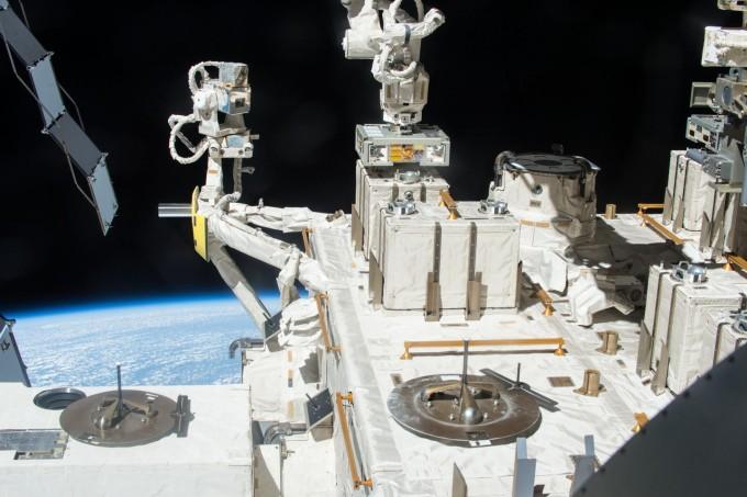 국제우주정거장(ISS)의 일본 과학실험 모듈 ′키보′ 바깥에 박테리아 노출 실험장비가 설치돼 있다. 일본우주항공개발연구기구(JAXA)/미국항공우주국(NASA) 제공