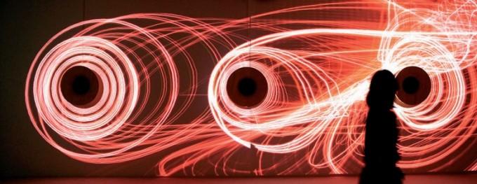 2009년 프랑스 엥겔레뱅에서 열린 미디어아트 비엔날레 출품작 '묵상'. 알고리듬을 이용해 소리를 동그란 파형으로 나타낸 뒤 관객의 움직임에 맞춰 파형이 왜곡되도록 만들었다. 양민하 제공