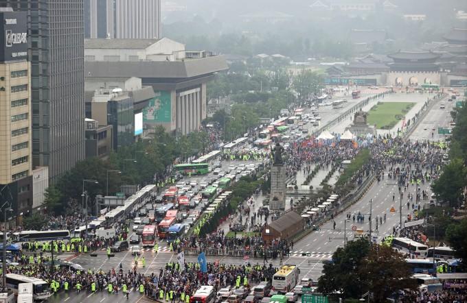 15일 오후 서울 종로구 동화면세점 앞에서 일부 보수단체 주최로 문재인 정권 부정부패·추미애 직권남용·민주당 지자체장 성추행 규탄 집회가 열린 가운데 광화문 일대가 일부 통제되고 있다. 이날 집회는 서울시의 집회금지명령으로 대부분이 통제됐으나, 전날 법원의 집행정지 결정으로 종로구 동화면세점 앞과 중구 을지로입구역 등 2곳에서는 개최가 가능해지면서 인파가 몰렸다. 연합뉴스 제공