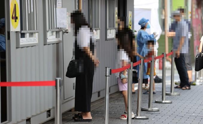 17일 서울 성북구보건소에 마련된 코로나19 임시 선별진료소에서 시민들이 검사를 위해 진료소로 향하고 있다. 연합뉴스 제공
