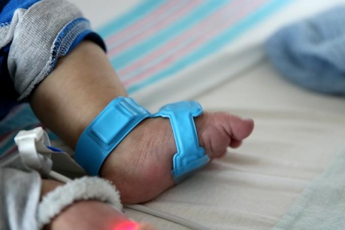 사이벨이 개발한 건강 모니터링용 센서를 신생아에 착용한 모습이다. 가슴과 발에 각각 센서를 부착해 체온과 심장박동, 체온, 혈압 등을 측정한다. 측정 데이터는 무선으로 전송돼 거추장스러운 선이 필요없다. 신생아 피부에도 적용 가능한 소재를 갖췄다. 저소득 국가의 영아사망률을 낮출 기술로 많은 주목을 받고 있다. 사이벨 제공