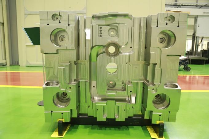 국제핵융합실험로(ITER)에 한국이 공급하는 부품인 ′블랑켓 차폐블록′의 첫 완성품 모습이다. 국가핵융합연구소 제공