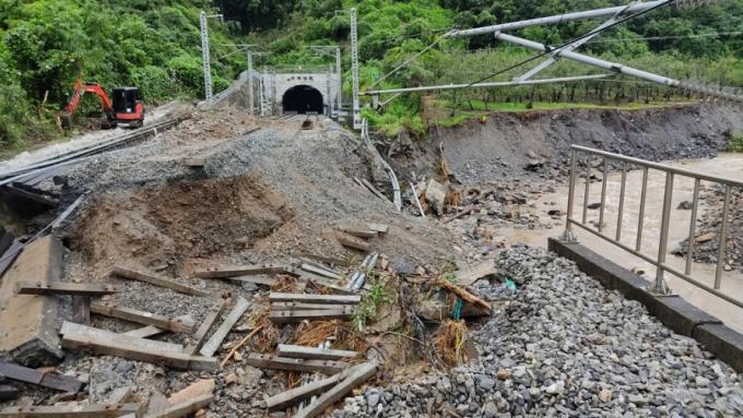 충북 충주 산척면 명서철도교가 무너진 모습이다. 교량 끝 지면이 불어난 물로 깎여나가며 철도교가 무너졌다. 한국건설기술연구원 제공