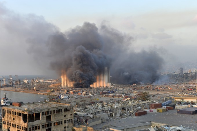 레바논 수도 베이루트의 항구에서 4일(현지시간) 대규모 폭발이 발생한 후 검은 연기가 뿜어져 나오고 있다. EPA/연합뉴스 제공