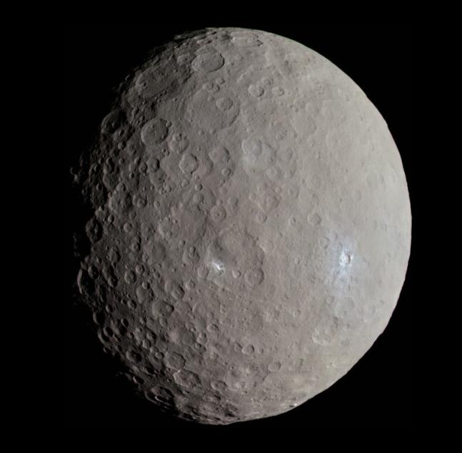 탐사선 돈이 2015년 촬영한 세레스의 모습이다. 곳곳에 밝은 부분이 보인다. NASA 제공