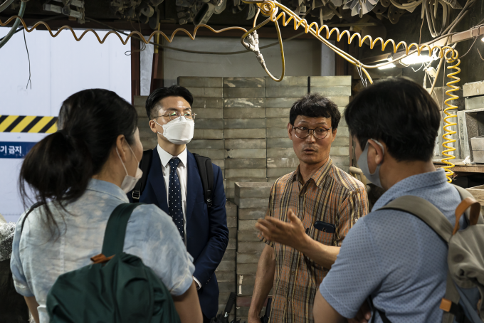 신아주물의 4대 사장인 김학률 대표(왼쪽 세 번째)가 한국현 삼영기계 대표(왼쪽 두 번째), 황지은 서울시립대 교수(맨왼쪽), 최대혁 공공네트워크 소장(맨오른쪽)과 대화하고 있다. 로컬-리콜 제공