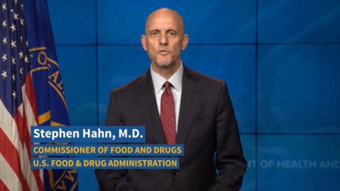 스티븐 한 미국 FDA 국장이 혈장치료를 긴급승인하며 혈장 공여를 독려하고 있다. FDA 제공.