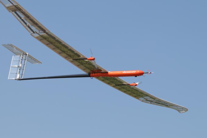 한국항공우주연구원이 개발한 고고도 장기체공 태양광 무인기(EAV-3)가 하늘을 날고 있다. 한국항공우주연구원 제공