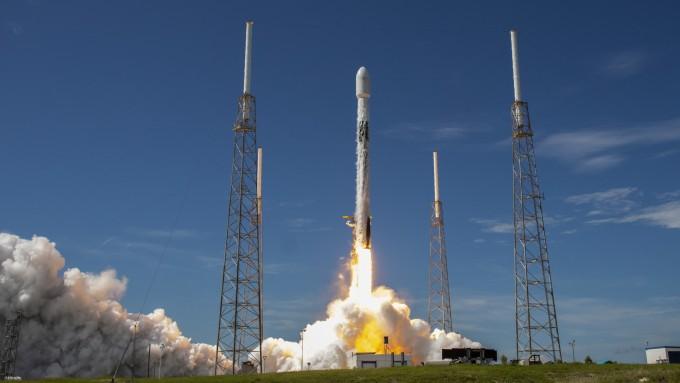 미국 우주개발기업 스페이스X의 재활용로켓 ′팰컨9′이 한국시간으로 이달 18일 오후 11시 31분 미국 플로리다주 케이프커내버럴 공군기지에서 발사되고 있다. 스페이스X 제공