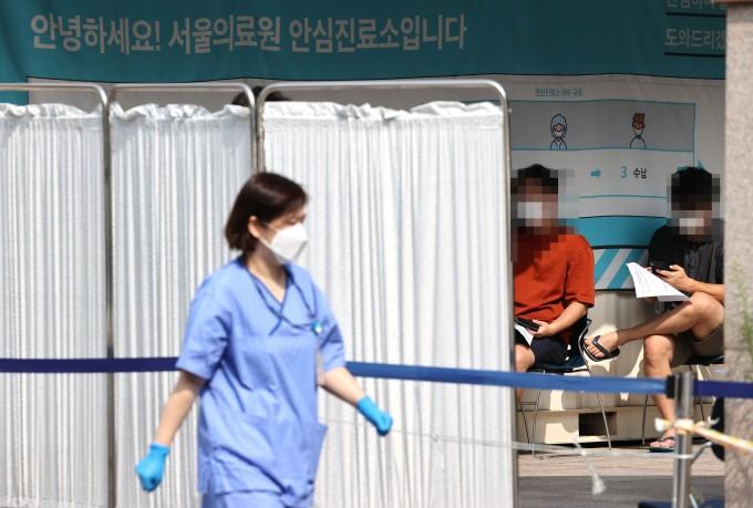 시민들이 20일 서울 중랑구 서울의료원 선별진료소에서  코로나19 검사를 기다리고 있다. 연합뉴스 제공