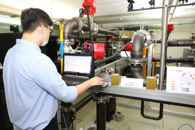한국원자력연구원과 한국전자통신연구원 KSB융합연구단이 개발한 '초저전력 누출진단 기술'을 시연하고 있다. 원자력연 제공.