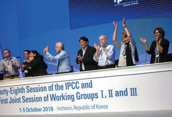 ′기후변화를 위한 정부간 협의체(IPCC)′의 공동 의장들이 2018년 10월 인천 송도에서 열린 제 48차 총회에서 ′지구온난화 1.5도 특별보고서′가 195개국 전원합치로  승인되자 환호하고 있다. IPCC 제공