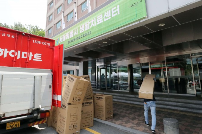 중구 서울유스호스텔에서 3일 관계자가 입소자들이 사용할 비품을 준비하고 있다. 연합뉴스 제공