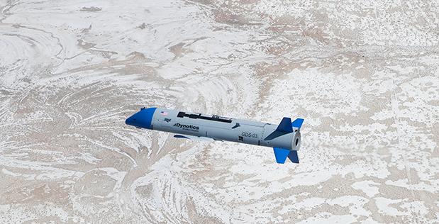 미국 국방고등연구계획국(DARPA)의 ′그렘린′ 프로젝트에 활용되는 무인기 ′X-61A′가 미국 유타주 육군 생화학 병기 실험소 ′더그웨이 시험장′ 상공에서 날고 있다. 이 사진은 X-61A를 발진시킨 미군 수송기 C-130에서 촬영됐다. DARPA 제공