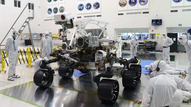 높이 3m, 무게 1,025kg. 자동차에 육박하는 크기의 퍼시비어런스. NASA 제공