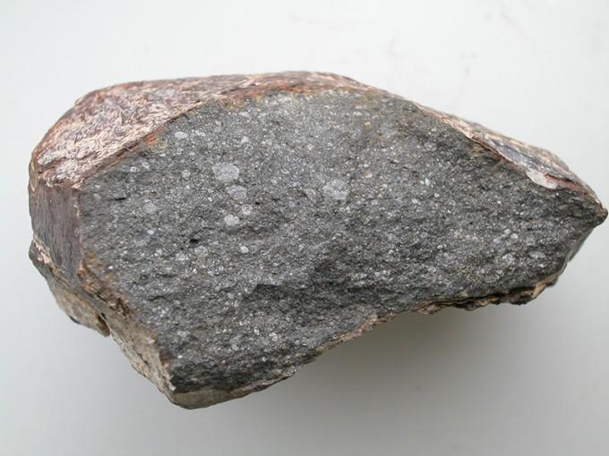 프랑스 국립자연사박물관에 소장중인 약 10cm 크기의 사하라 97096 운석이다. 엔스타타이트 콘드라이트 종인 이 운석의 약 0.5%가 수분인 것으로 나타났다. 운석에 박힌 흰 점들이 수소가 포함된 부분이다. 로레트 피아니 제공