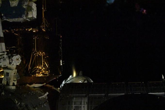 국제우주정거장(ISS) 사령관 크리스 캐시디가 1일 오후(미국 동부시간) 추진기를 이용해 ISS와의 도킹을 해제하는 모습을 촬영했다. 크루드래건은 19시간의 낙하를 거쳐 2일 오후 2시 48분(한국시간 3일 오전 3시 48분)경 미국 플로리다 부근 바다에 착수할 것으로 예상된다. NASA 제공