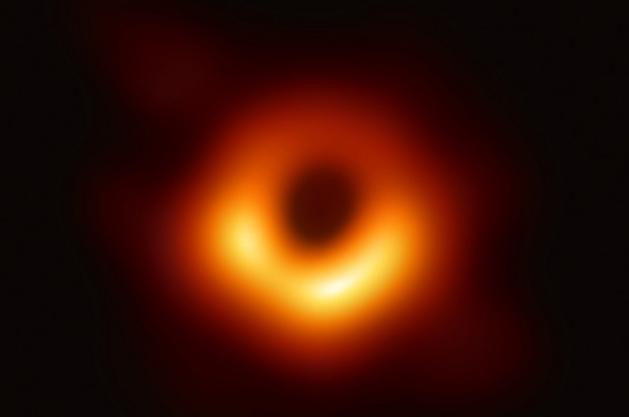 2019년 4월 처음 관측된 블랙홀의 모습. 공개된 이미지에서 아랫부분은 밝고 윗부분은 어두운데, 아랫부분이 관측자인 지구로 향하는 빛이고, 윗부분이 지구에서 멀어지는 빛이기 때문이다. 굉장히 빠른 속도로 가스가 회전한 탓에 도플러 효과가 극대화된 것이다. EHT 제공