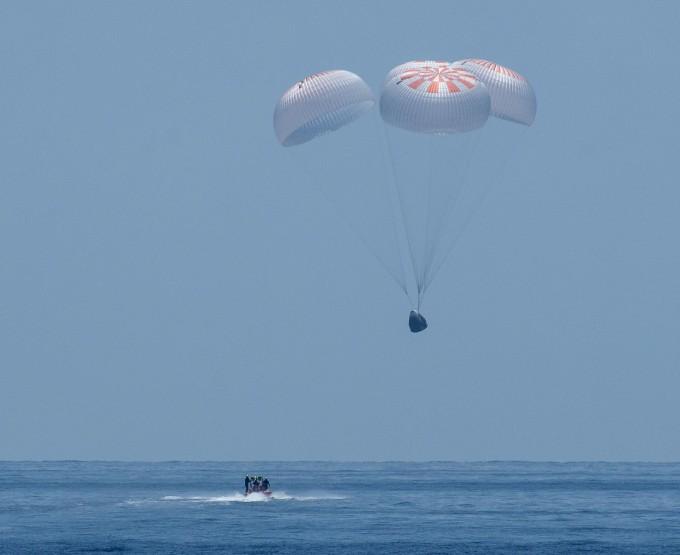 미국 우주기업 스페이스X가 제작한 유인우주선 크루드래건이 약 두 달간의 국제우주정거장(ISS) 임무를 마치고 3일 오전(한국시간) 미국 멕시코만 바다에 착수귀환했다. 사진은 낙하산을 펼친 채 착수하기 직전의 모습이다. 귀환을 도울 보트가 대기하고 있는 모습이 보인다. NASA 제공