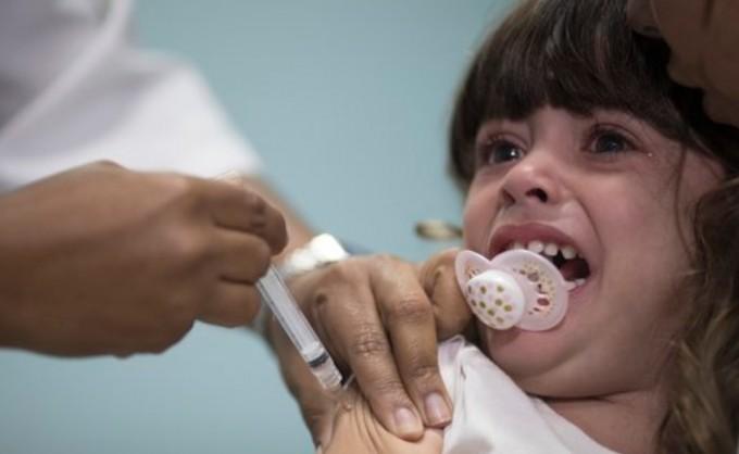 어린이가 홍역 예방접종을 맞고 있다. AP/연합뉴스 제공