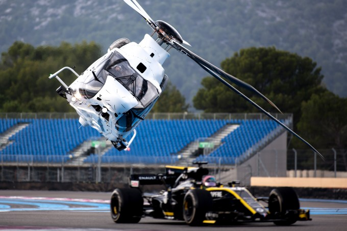 에어버스가 고성능 헬리콥터 ACH160와 F1경주차 사이의 레이싱 영상을 21일 공개했다. 에어버스 제공