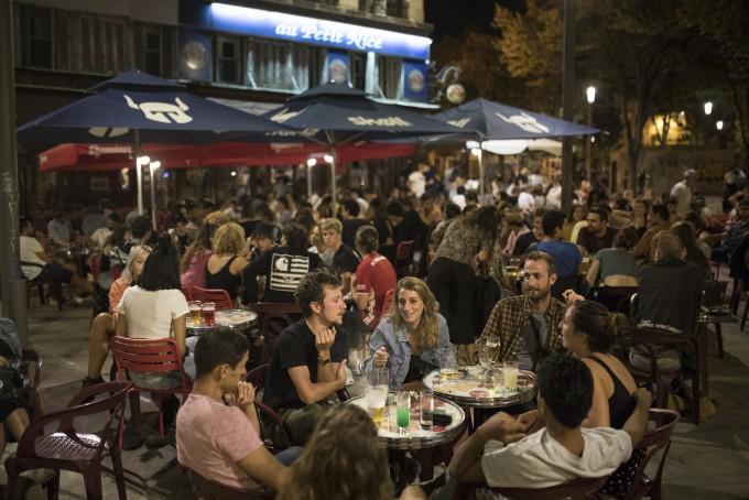 코로나19 확산에도 붐비는 프랑스 술집. 최근 겨울철에 접어든 유럽에서 코로나19 2차 확산 조짐이 나타나고 있다. 합뉴스 제공