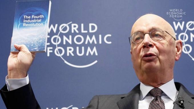 2016년 세계경제포럼(WEF)에서 자신의 저서인 ′4차 산업혁명′을 들고 발언 중인 클라우스 슈바프 회장. 2016 WEF 유튜브 캡처