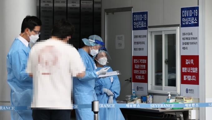 의료진이 11일 오전 서울 서대문구 신촌 세브란스병원 안심진료소에서  업무를 보고 있다. 이날 세브란스병원 재활병원에서 코로나19 확진자 총 4명이 추가 발생했다. 연합뉴스 제공