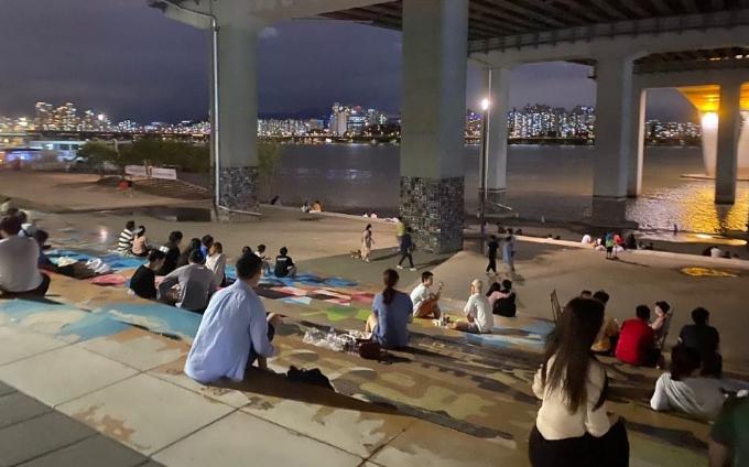 시민들이 1일 서울 여의도 한강공원에서 여가를 즐기고 있다. 고재원 기자 jawon1212@donga.com