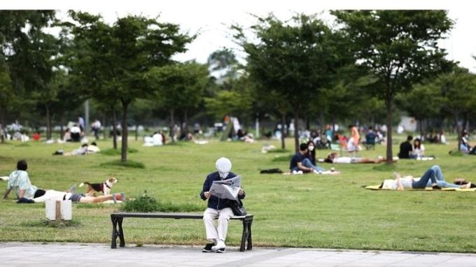 수도권 내 신종코로나바이러스 감염증(코로나19)이 확산하면서 한강공원 방문 시 마스크 착용, 사회적 거리두기 등 방역지침을 준수해야 한다. 한강공원에 일부 시민들이 여가시간을 즐기고 있는 모습이다. 연합뉴스 제공