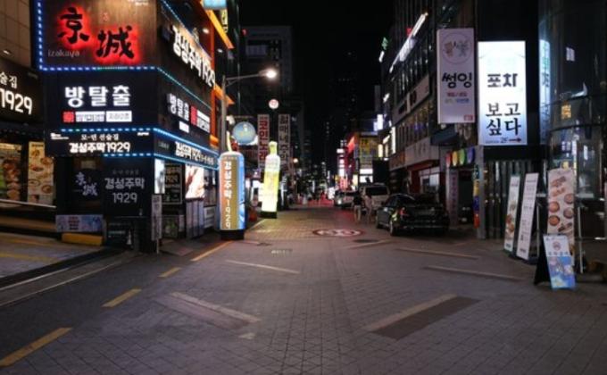 정부가 사회적 거리두기 2단계 방역 조치를 전국으로 확대 적용한 23일 오후 서울역이 한산하다. 연합뉴스 제공
