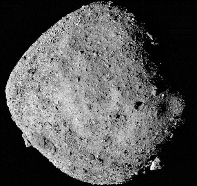 오시리스-렉스가 촬영한 소행성 베누의 모습이다. 베누는 지구 자전 방향과 달리 동쪽에서 서쪽으로 돈다. NASA 제공
