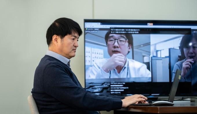 김영길 한국전자통신연구원(ETRI) 인공지능연구소 언어지능연구실장이 ′실시간 동시통역 기술′을 테스트하고 있다. ETRI 제공