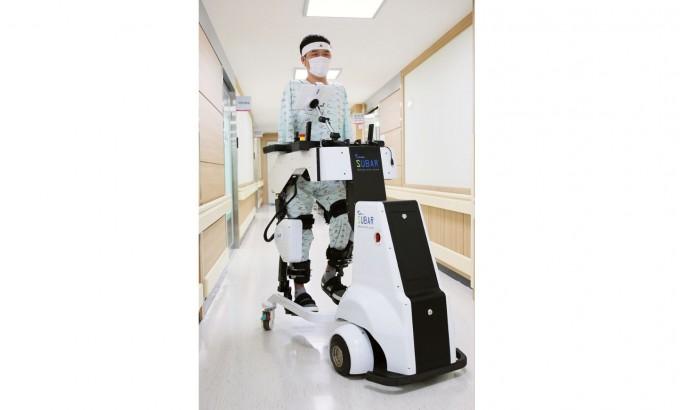 하바신 화상환자가 보행보조로봇 슈바의 도움을 받아 재활훈련을 진행하고 있다. 한림대의료원 제공