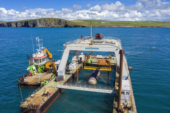 스코틀랜드 오크니섬 인근 깊이 36.5m 바닷속에서 나틱 노던아일을 건져내고 있다. 마이크로소프트 제공
