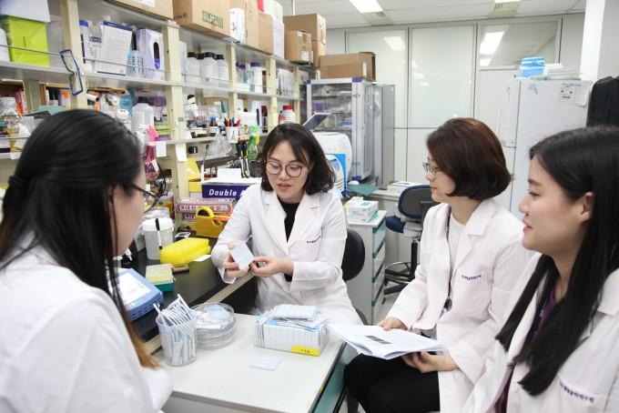 한국생명공학연구원 바이오나노연구센터 연구진들이 연구에 몰두하고 있다. 생명연 제공.
