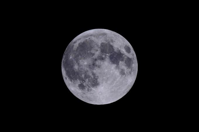 한국천문연구원은 올해 한가위 보름달이 1일 오후 6시~6시 22분 뜰 것으로 예상했다. 사진은 박영식 천문연 선임연구원이 촬영한 보름달의 모습이다. 한국천문연구원 제공